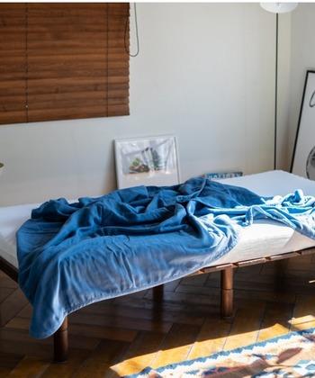 日本に数台しかない、伝統的な和晒し釜で丁寧に炊き込み、熟練の職人さんが手作業で仕上げたガーゼから作られたシングルケットは、和晒しガーゼの生地は繰り返し洗濯し洗い込むほどふんわりとやわらかく、ボリュームも出てやさしく育って行くのも楽しみ。