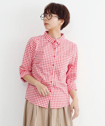 『赤』は、こっくりとした季節の着こなしにもぴったり◎ 華やかなカジュアルさを持っているので、一枚着るだけで明るく元気な印象に。