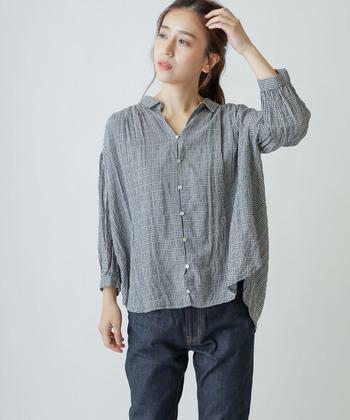 オールシーズン定番カラーとして使えるのが『黒』のギンガムチェックシャツ。定番のものが一枚あれば、30代や40代など世代を問わず長く愛用できるはずです。