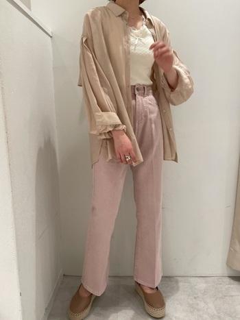 ゆとりあるベージュのシャツに薄いピンクのデニムを合わせたピンクベージュのワントーンコーデ。インナーフリルで女性っぽさを加え、足元もブラウン系でまとめた、柔らかく親しみやすい大人のカジュアルコーデです。