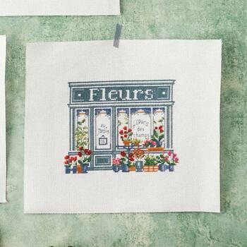 フランスのデザイナーアンヌさんがパリの風景を図案化したクロスステッチキットは、まるでパリの街の空気感まで描かれているかのよう。パリの街をお散歩するような気分で刺繍を楽しめます。