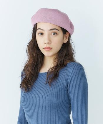ミディアム以上ロング未満の方も、髪の毛を片耳だけ掛けて左右差のあるアシンメトリーなニュアンスを作りましょう。そうすることで中途半端な長さでも、ベレー帽とのバランスをとても取りやすくなりますよ。