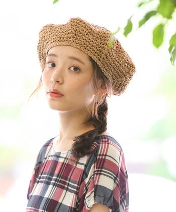 ポニーテールに飽きてきたら、ひとつにゆるっとまとめた三つ編みをサイドに流して。ベレー帽と相性抜群のヘアアレンジです。