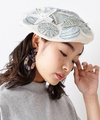 夏らしい貝のモチーフがたくさん!こんな個性的なデザインのベレー帽には大ぶりピアスもしっくり似合います。
