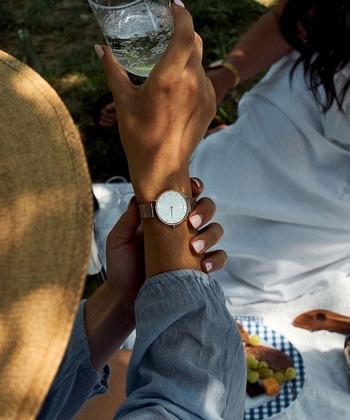 好みが分かれにくい上品な印象の腕時計を選ぶなら、「ラウンドフェイス」の文字盤がおすすめ。丸く薄型の文字盤、スマートなデザインなら、世代を問わず取り入れやすいのではないでしょうか。  バンドは「メタルメッシュバンド」や「レザー」を。カジュアルからビジネスコーデまで合わせやすいですよ。
