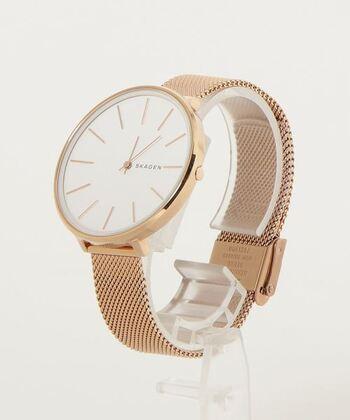 マニッシュなコーデがお好きな方に贈るなら「KAROLINA」を。 どんなコーデも腕時計が大人っぽくブラッシュアップしてくれます。