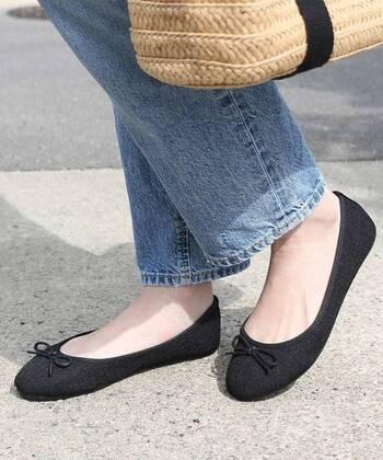 ローヒールやぺたんこ靴と言えば、バレエシューズを思い浮かべる方も多いはず。  女性らしい可愛らしさと、ファッションを選ばないシンプルなデザインで、時代をこえて愛されています。