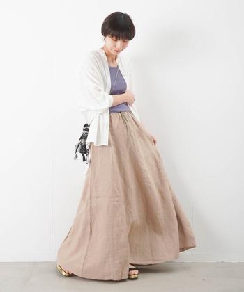 ベージュを大人コーデに仕上げるために、パステル系パープルを合わせたおすすめの着こなしです。濃いブルーよりも薄い色味の方が、爽やかで大人な着こなしを作ることができます。