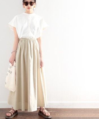 こちらはベージュのスカートに、白のふんわり感のあるシャツを合わせた着こなし。足元や小物はブラウンを合わせることで、やわらかなアクセントとしてコーデを引き締めています。