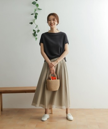 ベージュのフレアスカートに、ミドルグレーのゆったりとしたトップスを合わせたシンプルなコーデ。シンプルだからこそ落ち着いて見えて、大人なカラーの組み合わせが上品な印象に仕上がっています。
