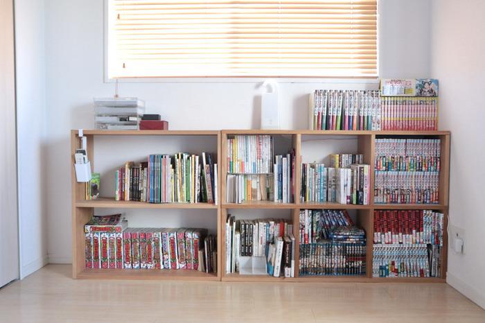 無印良品のスタッキングシェルフを複数組み合わせて作られた本棚は、シンプルで使い勝手抜群。本が増えたらさらにスタッキングシェルフを追加することもできるので、本好きにとっては嬉しいですよね。シンプルなデザインでインテリアの邪魔にならず、どんなお部屋にもしっくり馴染むところもポイントです。
