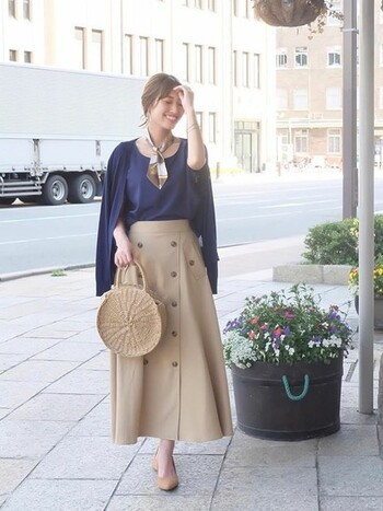 「ミディアムカーディガン」は、スカートもパンツも両方に合わせやすい丈感です。肩掛けしたときもバランスよく着こなせます。