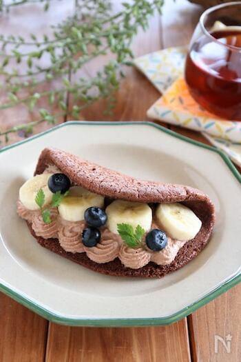 相性のいい組み合わせとして定番のチョコとバナナを使ったオムレット。生地にココアを加え、チョコレートクリームを使用しています。輪切りにしたバナナと小粒のブルーベリーをあしらったカフェ風のビジュアルが素敵。