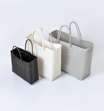 「メルカドバッグ」とは、メキシコ生まれのプラスチックのかごバッグのこと。元々はリサイクルされたプラスチックの紐を編んで作られた工芸品でしたが、その技術を現代向けにアレンジしたものになります。ひとつひとつハンドメイドされているので、手作業ならではの温もりが感じられます。