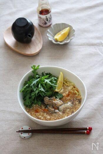 食べるときにレモンをきゅっと絞って、爽やかな酸味をプラスする酸辣湯。  レモンをかけることで、全体が軽やかになって、食べやすさもアップ!牡蠣は煮すぎると縮んでしまうので、火が通ったところを見極めて仕上げましょう。
