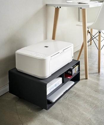 こちらのプリンターラックは、置くだけでなく棚の中に印刷用紙やトナーインクなどをすっきり収納できます。キャスターの着脱ができるので、シーンに合わせて使えるのも◎