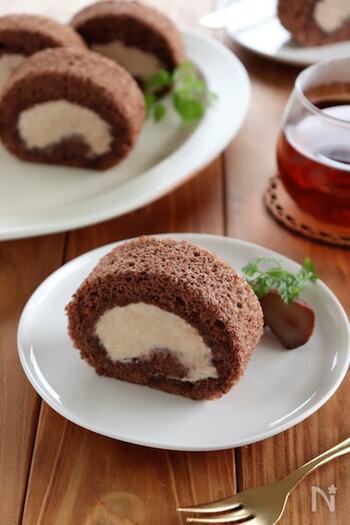 ココア生地とマロンクリームの組み合わせで楽しむ生ロールケーキ。市販のマロンクリームを使えば、季節を問わず作れますね。ビターなココアを使うと、マロンとの相性がいいようです。