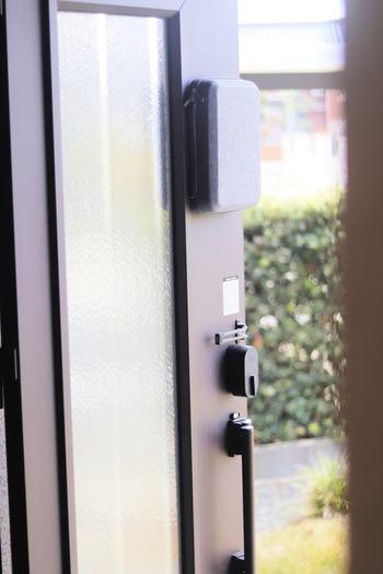 ドアなどマグネットがくっつく場所に、貼りつけて収納できるという珍しい防災キットです。  コンパクトかつスタイリッシュなデザインなので、玄関に貼っていてもインテリアの邪魔をしないところも◎  本当に持ち出したいものを追加して、万が一に備えておきたいですね。
