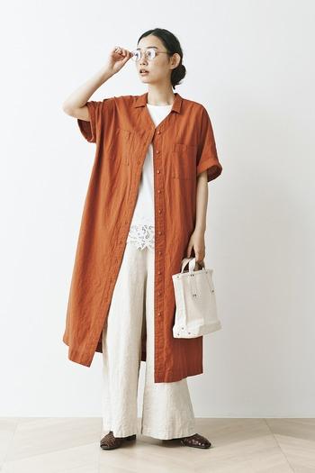 トップスにくすみオレンジのシャツワンピを羽織ったおしゃれなスタイリング。中のカットソーとリネンワイドパンツを白で揃えることで、よりすっきりした印象になります。
