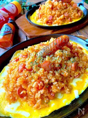 べちゃっとしがちなケチャップライスも、このレシピで作れば仕上がりに満足するはず。ソースはしっかり火にかけて水分を飛ばし、固めに炊いたご飯に混ぜるのがポイントです。冷めても冷凍してもおいしく味わえますよ。