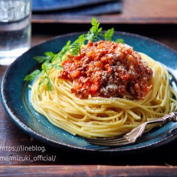 ケチャップとウスターソースを使えば、トマト缶がなくてもおいしいミートソースを作れます。酸味が少なくマイルドな味になるので、小さいお子さんもきっと喜んでくれるはず。