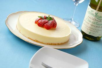 クリームチーズ、レモン、白ワインでさわやかに仕上げるレアチーズケーキ。こちらは型の底に敷き詰めるジェノワーズ生地まで手作りする、ていねいなレシピです。
