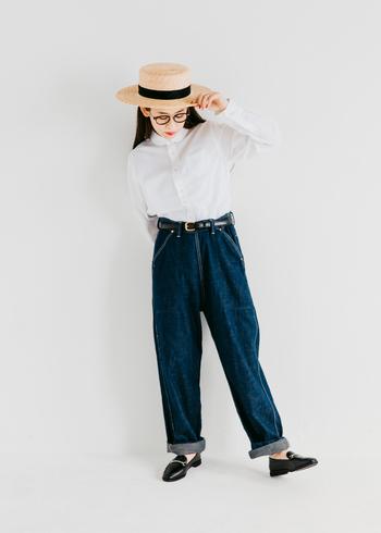 初夏に映える白シャツと合わせてカジュアルアップさせた着こなし。ブランドを代表するアイテムでもある正統派の丸襟シャツをタックインすれば、フレンチシックなスタイリングの完成です。レザーベルトとビットローファーで、コーデにピリリとアクセントを利かせて。