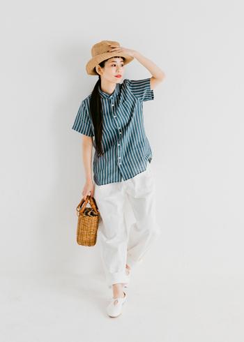 トップス問わずクリーンな装いへと導いてくれる、初夏にぴったりなホワイトデニム。一点投入で、コーデに爽やかさを与えてくれます。メンズライクなストライプのシャツをはじめ、柄物や色の濃いものも軽やかに中和してくれる優秀アイテム。夏のモノトーンコーデも簡単に作れます。