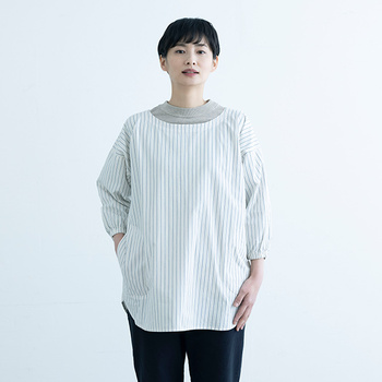 着物ではなくお洋服に合わせた設計ですっきりコンパクトなシルエットの「中川政七商店」の割烹着。面倒なバックの紐は1か所のみ、首元はゴムになっているので上から被るようにさらりと着られます。