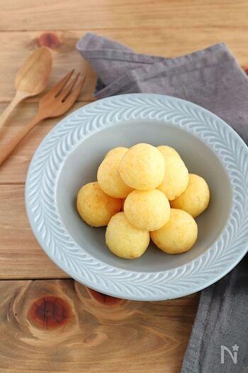 ころころと丸くて可愛いひとくちサイズのもっちりポテトボールは、子供にも大人にも人気のチーズ味。外はカリっとしていて、ついついお酒が進みます。余った分はお弁当のおかずにしても◎