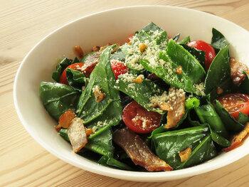 オリーブオイルで炒めたカリカリベーコンと生ほうれん草のサラダ。コクと旨味のあるドレッシングに、仕上げにパルメザンチーズをふりかけて、いつもよりもちょっぴり贅沢なサラダに。