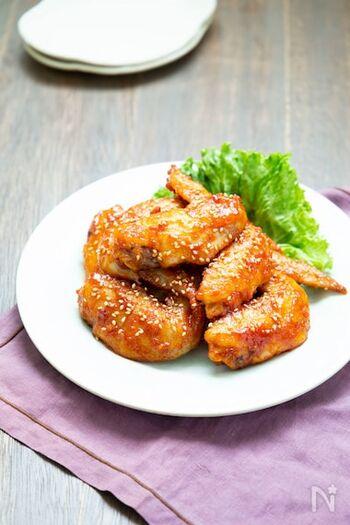 暑い夏にビール片手に食べたい甘辛いコチュジャンのたれがおいしい手羽先のヤンニョムチキンのレシピ。スタミナがほしいときに食べたい、お酒だけでなくごはんにも合うレシピです。