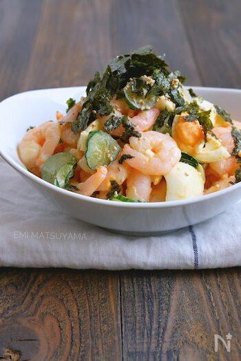 むきえびとゆで卵ときゅうりの和風わさびマヨサラダは、ぷりぷりのえびの食感とわさびの効いた味がやみつきになるレシピ。お好みで海苔やいりごまをトッピングするとより風味豊かになります。