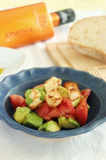 ささっと簡単に作れる、トマトとアボカドのサラダ。味付けは、塩・胡椒にオリーブオイル、メープルシロップ、ワインビネガーでさっぱりと。ワインと一緒にいただくのがおすすめです。