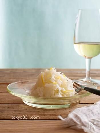 レモン香る爽やかな大根のラペは、千切りにしたレモンの皮を少量加えて爽やかな風味に。色合いも美しく、ワインや白ワインのおつまみにするのがおすすめです。