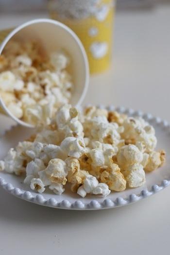 はじける音がしなくなったら加熱終了。美味しいポップコーンの出来上がりです。シンプルに塩だけでも美味しいですし、お好みのシーズニングで味付けしてもよし。