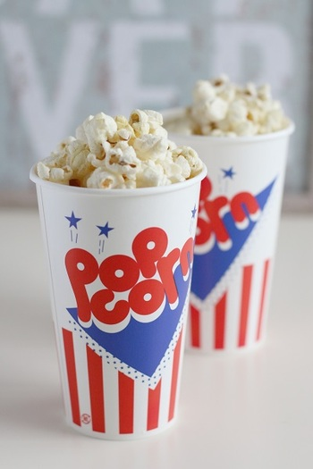 自宅で映画館気分が味わえるポップコーンカップ。手作りポップコーンをこの容器に入れるだけで、気分がウキウキします。ちょっぴりレトロなデザインもかわいいですね。