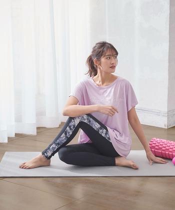 自宅でヨガを行う場合、フローリングや畳にヨガマットをしいた方が床の硬さが軽減されて動きやすくなるのでおすすめです。ただし、最初はバスタオルなどで代用しても大丈夫。柔らかすぎる場所はポーズのバランスが崩れてしまうので避けた方が良いです。