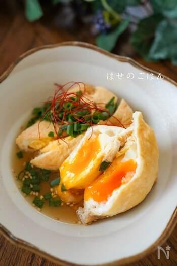 お揚げの中にとろっと半熟卵が入った卵と油揚げの煮物は、卵をお揚げの中に入れて爪楊枝でとめ、つゆを入れてレンジでチンするだけの簡単レシピです。黄身の固さはお好みに合わせて調節してみましょう。