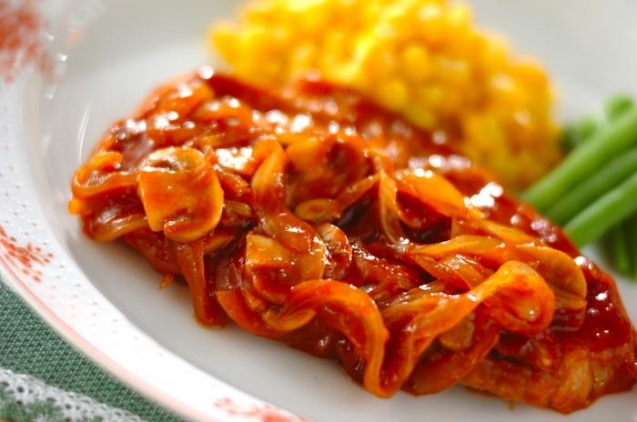 とんかつ用の厚切りロース肉で作るポークケチャップは、ボリューミーで食べ応えたっぷり。焼いたお肉と野菜にソースをからめるだけなので、簡単に豪華なメイン料理が出来上がります。