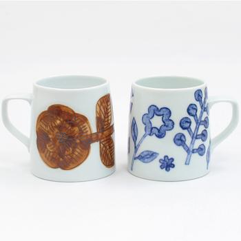 歴史ある焼き物の町「波佐見」で熟練職人によって丁寧に手作りされたマグカップ。フラワーシリーズは、生地に花の絵柄を彫り、茶色のサビといわれる絵の具で絵付けされています。どっしりしていて、オフィスなどでも使いやすいマグです。