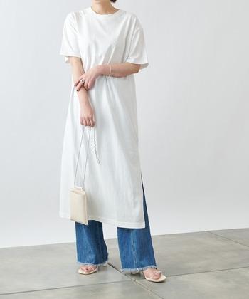 すとんと落ちるシルエットの白Tシャツワンピースには、細身のパンツやストレートパンツを合わせると好バランスな着こなしに仕上がります。カジュアルなデニムもレイヤードすることで大人っぽい着こなしに◎