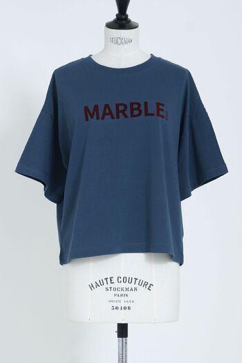 ダークトーンのロゴTシャツは落ち着きがあり、デザインによってはヴィンテージ感も演出してくれるアイテム。きれいで深みのあるカラーを選ぶのがおすすめですよ。シックなボトムスや小物との相性も抜群です!