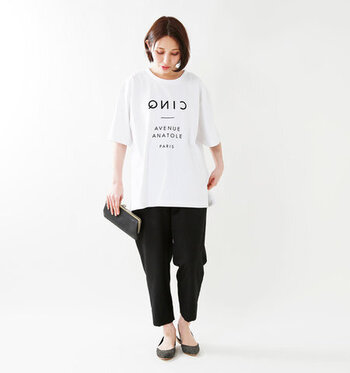 モノトーンのロゴTシャツに黒のパンツ&小物を合わせたコーディネートです。オーバーサイズなTシャツがこなれ感を演出し、シンプルかつスタイリッシュに決まっています。