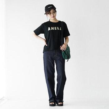 黒のロゴTシャツを主役にした、ボーイズライクなコーディネートです。小物はどれもカジュアル色が強いアイテムですが、大人っぽいデザインのロゴTシャツでうまくまとめていますね。