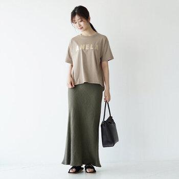 ロゴTシャツとタイツカートを合わせたエレガントなコーディネートです。メタリックなロゴプリントが視線を集め、スタイルアップも叶います。シックなニュアンスカラーが大人っぽい印象です。