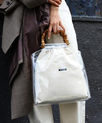 中身が濡れてしまうのを防いでくれる上に、涼しげな印象やオシャレな雰囲気もプラスできるクリアバッグ。トレンドを意識した梅雨の季節のお出かけバッグに最適です!