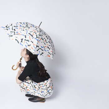 憂鬱な雨の日だって思わずウキウキしてしまうほど、可愛いデザインの雨傘を手に入れましょう!気分は他人や天気などの外部要因に左右されがちですが、心ときめく毎日は、意図的に自分で創り上げていくことができるものです!そんな心がけこそが実はとっても大事なんです。