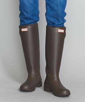 足首部分が適度にシェイプされた、すっきりとしたシルエット。十分な高さのある作りで、脚の広い範囲をしっかりとカバーしてくれるから、ハードな雨や雪の日にもおすすめの逸品です。