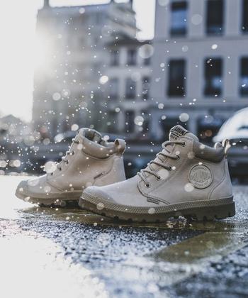 アッパー部分に質感の良いレザーを採用した軽量防水ブーツ。防水加工を施したワークブーツ系シューズなので、雨の日もカッコよく履ける機能的なアイテムとなっています。